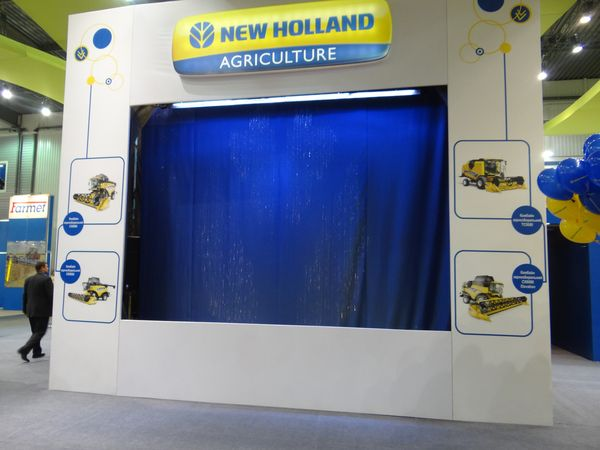 Фото - Графический водный экран на стендe компании New Holland Agriculture от Didzher Effects